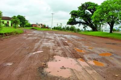 Rodovia que ainda espera a conclusão da pavimentação prometida apresenta uma sucessão de buracos