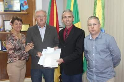 Alzira e Delmar Krug, Prefeito Paulo Butzge e Flávio Cassel com a escritura da área adquirida pelo município - Fotos: Tiago Mairo Garcia
