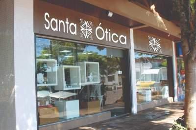 Santa Ótica esta localizada na Avenida Pereira Rego, ao lado da praça