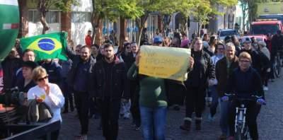 Manifestação que atravessou a cidade apoia a greve dos caminhoneiros