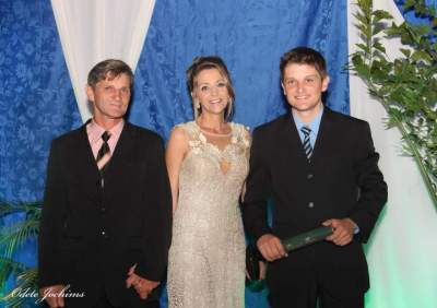 Diego com os pais, Angélica e Gessi Foppa (Crédito: Odete Jochims)
