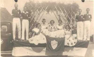 Juventude participando do desfile cívico nos anos 60