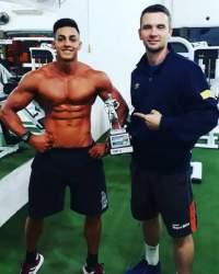 Atleta com o professor Ricardo Ellwanger, da Academia Medida Certa, onde realiza os treinamentos
