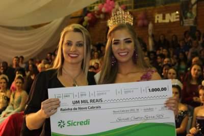Gerente do Sicredi de Novo Cabrais, Juliana Cerentini Braatz Diehl entregou o cheque de R$ 1 mil para a Rainha
