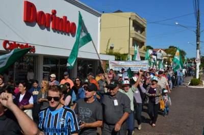 Protesto chega em frente à Prefeitura