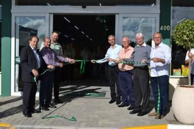 Fita inaugural foi descerrada por membros da Afubra, prefeito Paulo Butzge e vice Nestor Ellwanger - Fotos: Diego Foppa