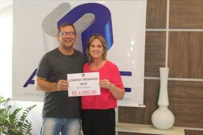 A entrega do prêmio para Marlei Claudete Lisboa