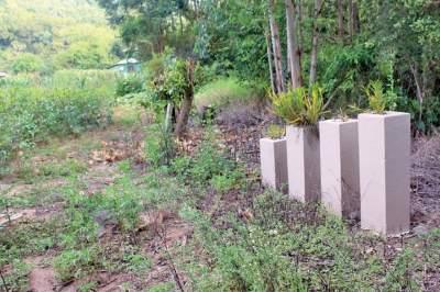 Pilares foram construídos no local em que estava a moradia e cada um representa uma das vítimas fatais da enxurrada