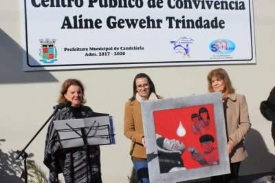 Artista Plástica Celoi Becker entrega quadro em homenagem a Aline Gewehr Trindade