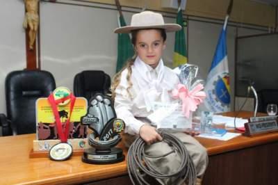 Câmara homenageia menina Emanuely Barbosa