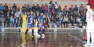 Júnior comemora o primeiro gol do Atlético