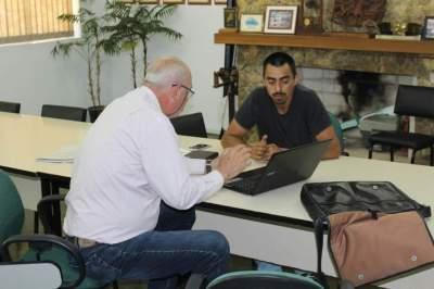 Consultor Hilton Teichmann (à esquerda) passa orientações sobre gestão da propriedade para produtor em encontro no Sindicato Rural - Tiago Garcia