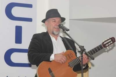 Descontração: durante toda a apresentação, Beto Pires interagiu com a plateia