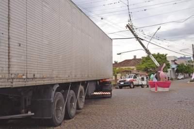 Carreta encosta em rede elétrica e deixa parte da cidade sem energia
