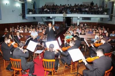 Público aplaude de pé o concerto da Orquestra de Câmara da Unisc