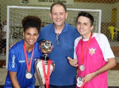 A entrega do troféu para o Maxxy/Verona como vice-campeão do feminino