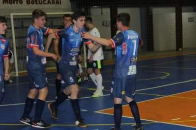 Atletas do Atlético comemoram o primeiro gol da vitória, anotado por Tariq