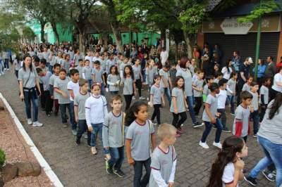 Homenagens e protestos marcam Caminhada Cívica