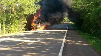 Coletivo ficou completamente destruído pelas chamas