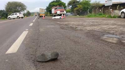 Sapato da vítima foi encontrado nas margens da rodovia - fotos: Arzélio Strassburger - Corpo de Bombeiros Voluntários de Candelária