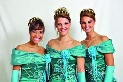 A Rainha Vanessa Christmann, entre as Princesas Sabrina Pohl e Rafaela Ellwanger