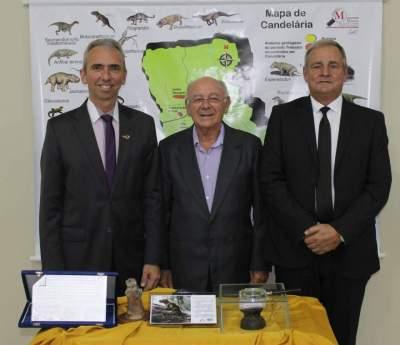 O homenageado com o prefeito Paulo Butzge e o vice Nestor Ellwanger